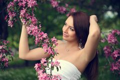 Meisje in bloemen stock afbeeldingen