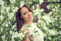 Meisje in bloemen stock foto's