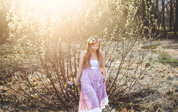 Meisje, bloemenkroon en de lentebos Stock Afbeelding