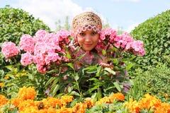 Meisje in bloemenkroon en traditionele kleren stock afbeelding