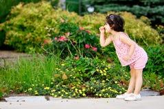 Meisje in bloemtuin royalty-vrije stock foto's