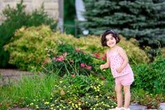 Meisje in bloemtuin stock fotografie
