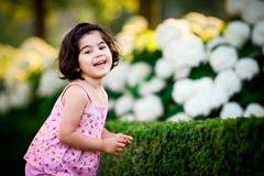Meisje in bloemtuin Royalty-vrije Stock Afbeeldingen