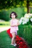 Meisje in bloemtuin Stock Foto's