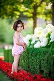 Meisje in bloemtuin royalty-vrije stock foto