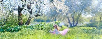 Meisje in bloesempark Stock Afbeeldingen