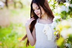Meisje in bloesemtuin Royalty-vrije Stock Afbeelding