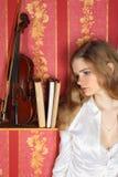 Meisje in blouse in ruimte dichtbij viool Stock Foto