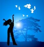 Meisje, boom en vliegende vogels Royalty-vrije Stock Foto's