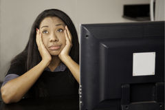 Meisje bored bij computer. Stock Foto's