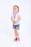 Meisje in borrels met medaille op haar borsttribunes en glimlachen royalty-vrije stock foto's