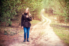 Meisje in bos Stock Afbeelding