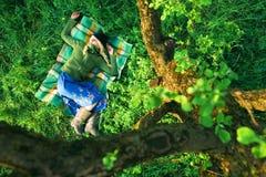 Meisje in bos stock afbeeldingen