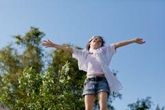 Meisje bovenop de wereld Stock Foto