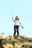 Meisje bovenop rots Royalty-vrije Stock Afbeeldingen