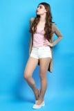 Meisje in bruine cardigan stock afbeelding