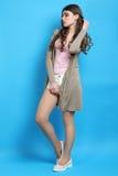 Meisje in bruine cardigan royalty-vrije stock afbeeldingen