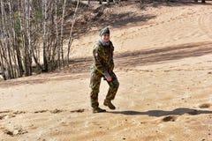 Meisje in camouflage het lopen Royalty-vrije Stock Foto