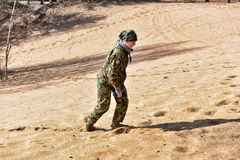 Meisje in camouflage het lopen Royalty-vrije Stock Fotografie