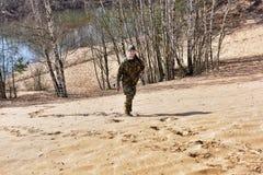 Meisje in camouflage het lopen Royalty-vrije Stock Afbeeldingen