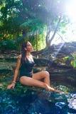 Meisje in Cenote in Riviera Maya van Mexico stock fotografie