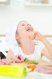 Meisje in chef-kokhoed het lachen Stock Foto's