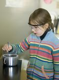 Meisje in chemisch laboratorium Royalty-vrije Stock Afbeeldingen