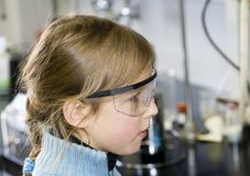 Meisje in chemisch laboratorium Royalty-vrije Stock Afbeelding