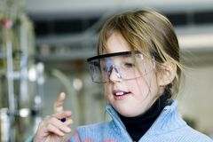 Meisje in chemisch laboratorium royalty-vrije stock fotografie