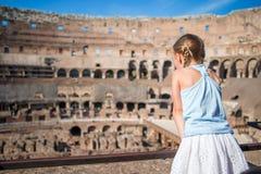 Meisje in Coliseum, Rome, Italië Achtermening van jong geitje die beroemde plaatsen in Europa bekijken stock fotografie