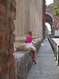 Meisje in Colonne Di San Lorenzo in Milaan royalty-vrije stock afbeelding