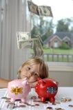 Meisje, contant geld en spaarvarkens stock afbeelding