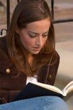 Meisje dat 2 leest royalty-vrije stock fotografie