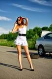 Meisje dat aan de autodienst roept Stock Fotografie