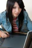 Meisje dat aan een grafische tablet werkt royalty-vrije stock fotografie