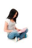 Meisje dat aan geïsoleerdr laptop werkt Royalty-vrije Stock Foto