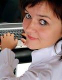 Meisje dat aan laptop computer werkt Stock Fotografie