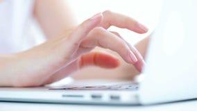 Meisje dat aan laptop werkt