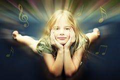 Meisje dat aan muziek luistert Stock Fotografie