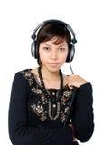 Meisje dat aan muziek luistert royalty-vrije stock afbeelding