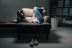 Meisje dat aan muziek luistert stock foto