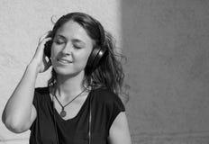 Meisje dat aan muziek luistert Stock Foto's
