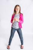 Meisje dat aan muziek op hoofdtelefoons luistert Stock Foto's