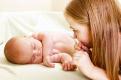 Meisje dat aan nieuwe sibling kijkt Stock Fotografie
