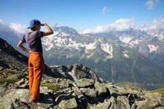 Meisje dat aan verre bergen kijkt Royalty-vrije Stock Afbeeldingen