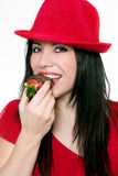 Meisje dat aardbeien eet stock afbeeldingen