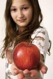 Meisje dat appel aanbiedt Royalty-vrije Stock Fotografie