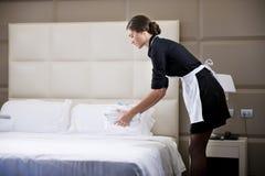 Meisje dat Bed maakt Royalty-vrije Stock Afbeelding