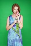 Meisje dat bevindt zich houdend teder tulpen Stock Fotografie