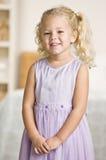 Meisje dat bij Camera glimlacht Royalty-vrije Stock Afbeeldingen